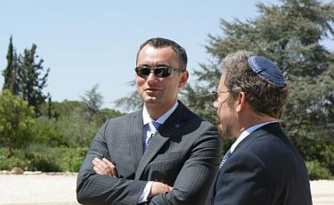 Външният ни министър изоставен в Израел