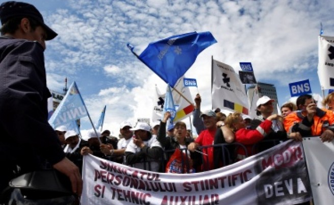 Гърция и Румъния в хаос с вдигането на ДДС