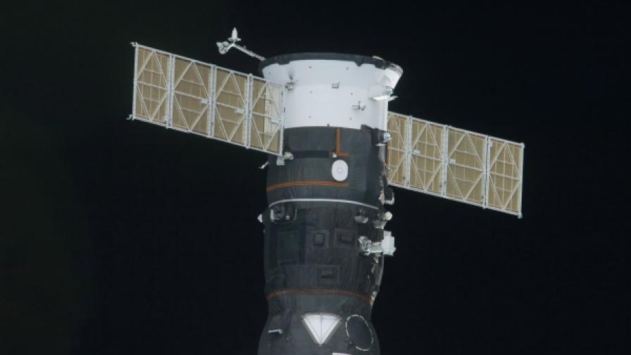"""Снимка на руския товарен безпилотен корлаб """"Прогрес 22"""", направена от прозорец на Международната космическа станция на 2 юли 1010 г., когато скачването на можа да се осъществи"""