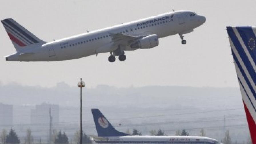 Хванаха стюардеса, обирала заспали пътници