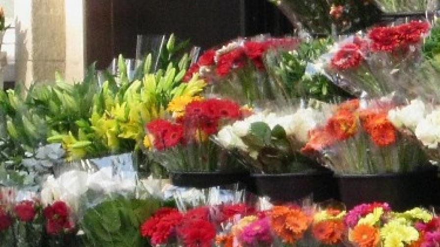Крадец обира банки... с цветя