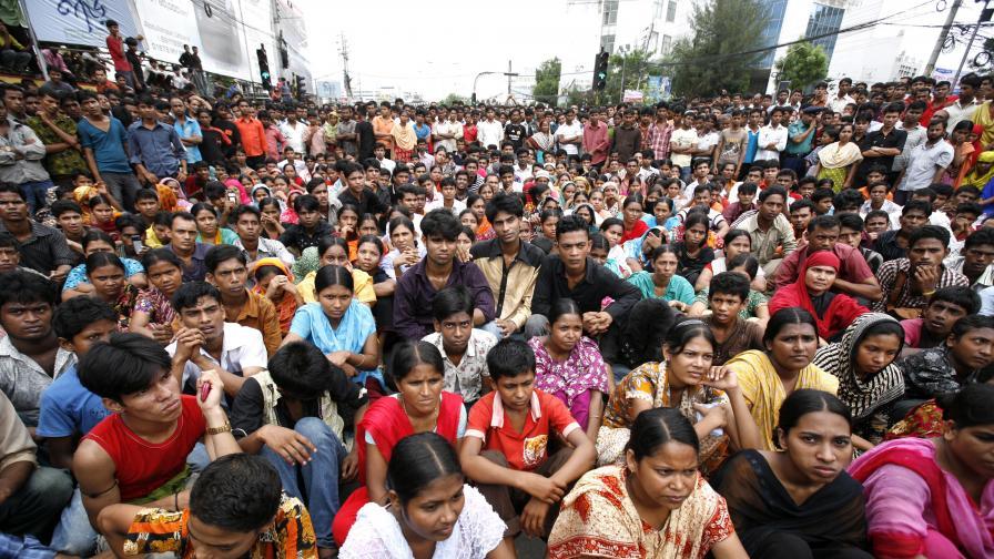Над 100 ранени при протести на текстилни работници в Бангладеш