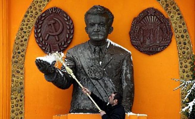 Чаушеску пляскал чужди посланици с пръчка