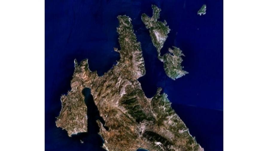 Итака е средният от  Йонийските острови. Вдясно (западно)от него е Кефалония (сателитна снимка)
