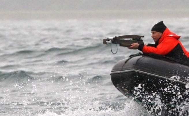 Путин преследва китове с арбалет