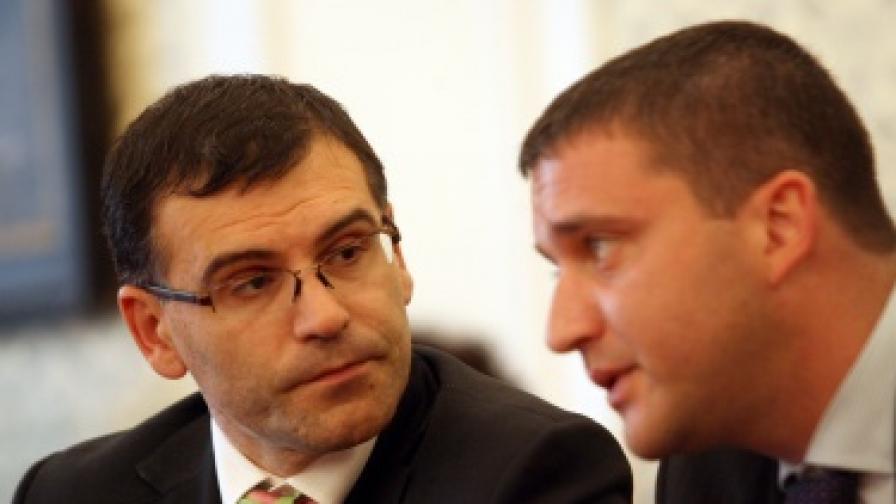 Финансовият министър Симеон Дянков и неговият заместник Владислав Горанов, когото днес лекари замеряха с бутилки минерална вода на събор на БЛС