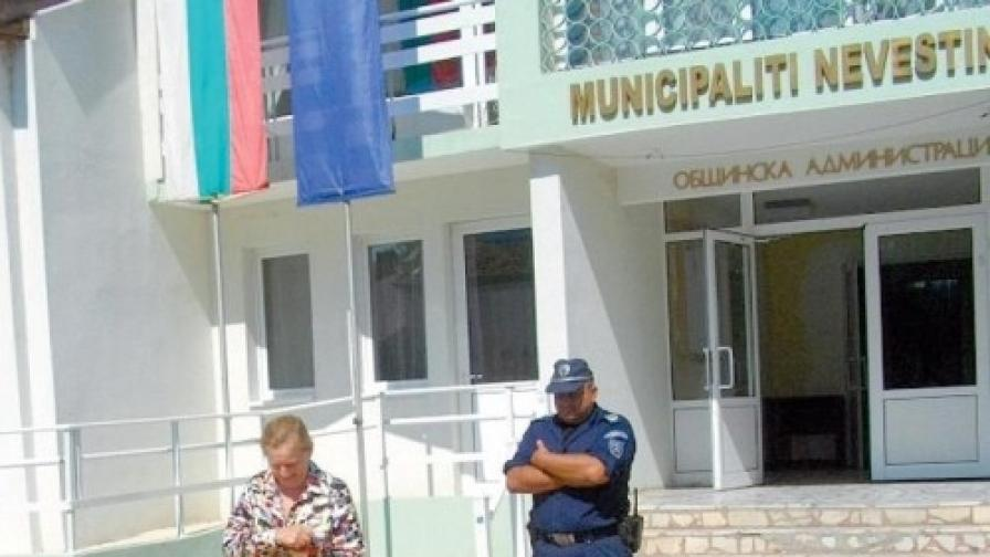 Полиция рови в архивите на община Невестино