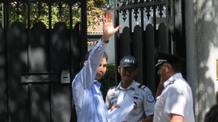 От името на протестиращите Румян Русинов предаде в посолството писмо до президента на Франция Никола Саркози