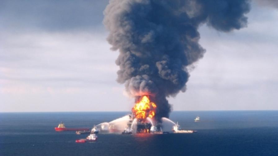 Архивна сднимка от 22 април 2010 г., разпространена от Бреговата охрана на САЩ, показва опитите да бъде загасен огънят след експлозията