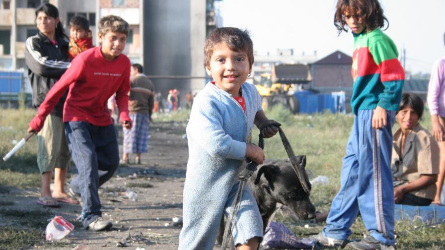 Пращат деца на роми от бл. 20 по домове