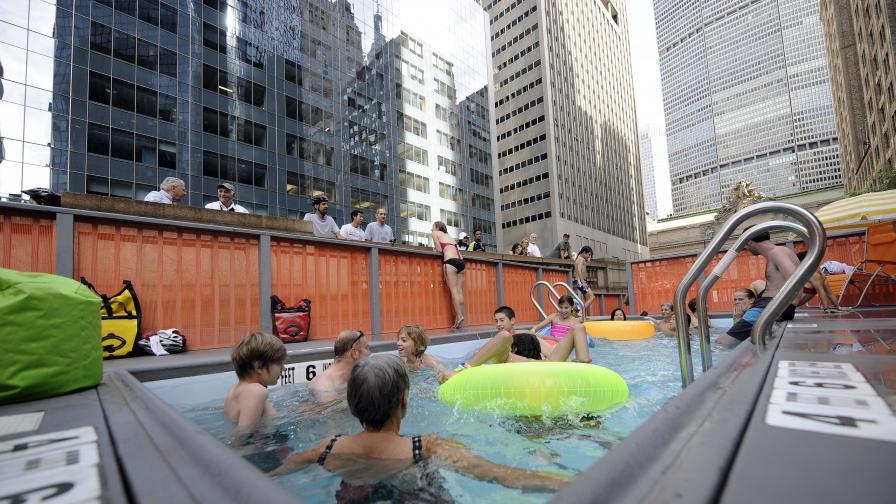Безплатен импровизиран басейн насред Парк Авеню