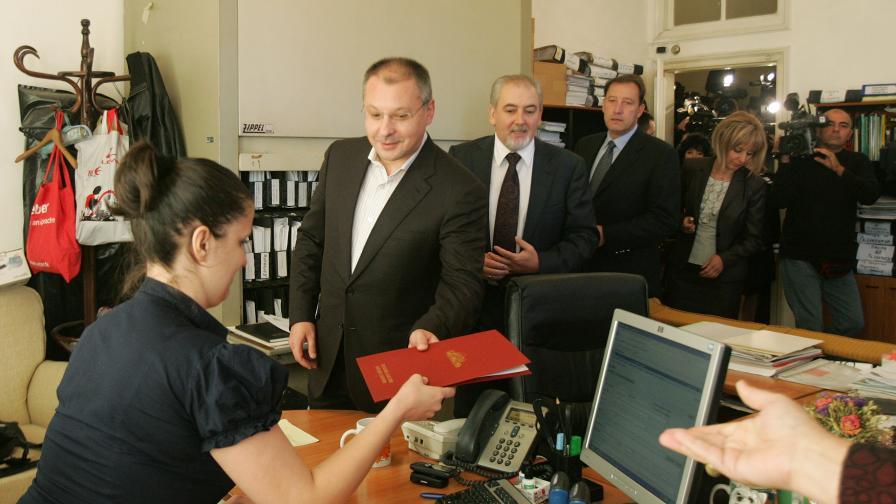 """Коалиция за България и ДПС внасят в деловодството на Народното събрание вот на недоверие срещу кабинета заради """"провала на политиката му в здравеопазването"""""""