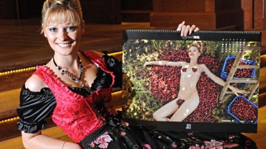 Едно от момичетата позира със страницата си в календара за 2011 г.