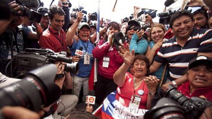 Маргарита Рохо, майката на един от затрупаните миньори (Дарио Деговиа), празнува изваждането на повърхността на сина й пред многобройните камери и фотоапарати на медии от цял свят