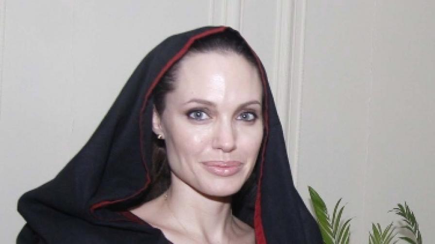 Анджелина Джоли по време на посещението й в Пакистан през септември