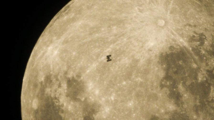 МКС на фона на Луната