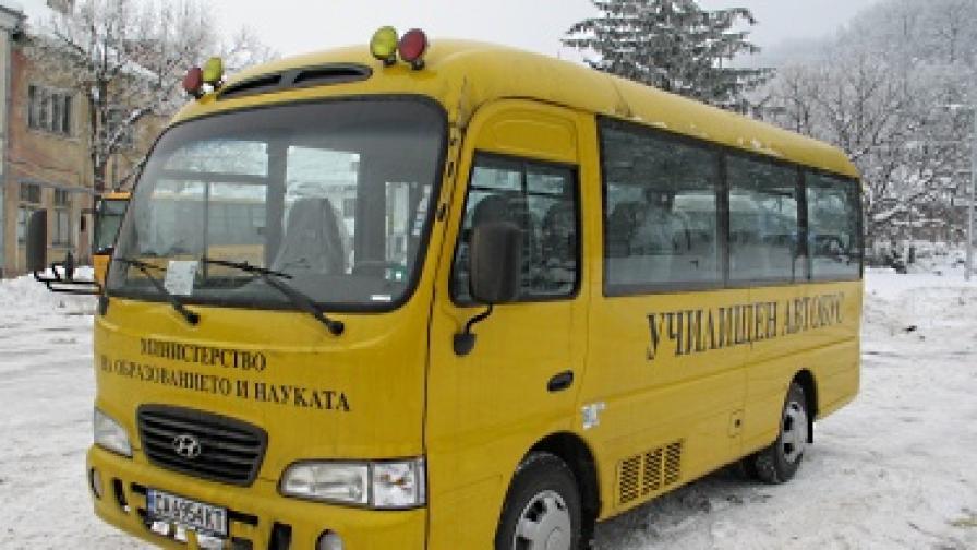 Училищните автобуси - със счупени стъкла и без болтове по гумите