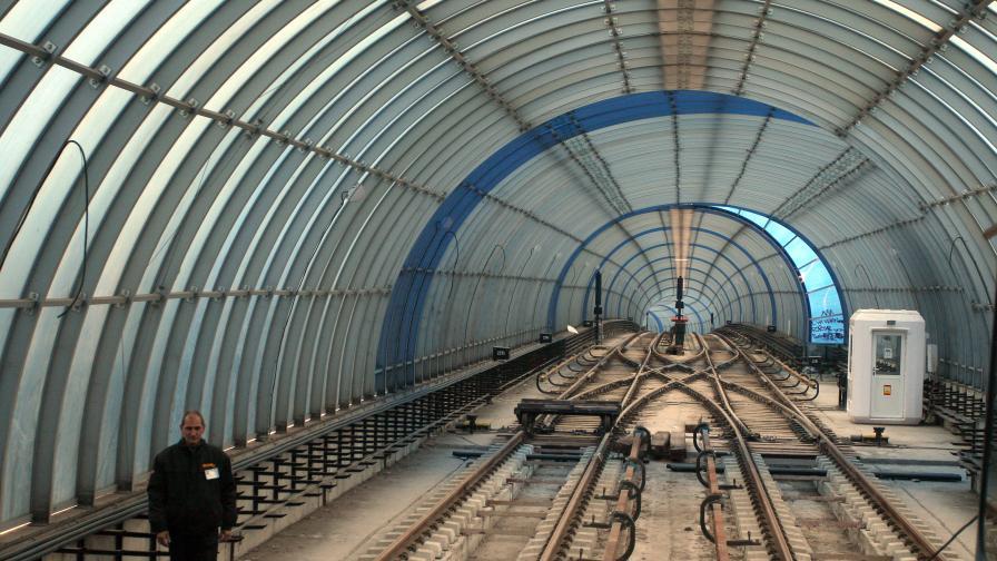 """Панел от метрото падна на """"Драган Цанков"""""""
