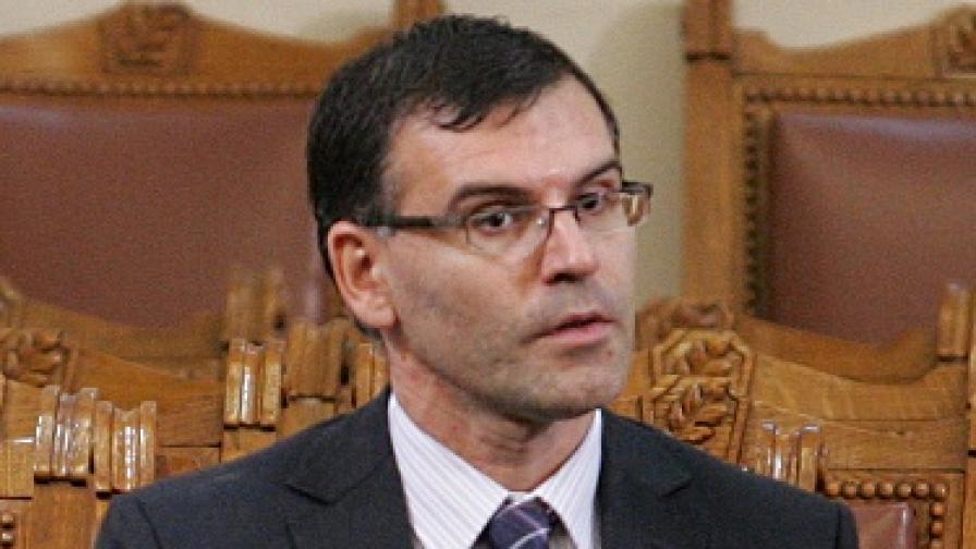 Дянков защити антикризисните мерки в парламента