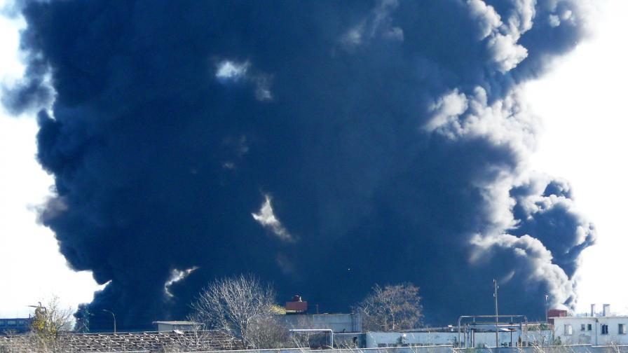 Пожар в месокомбинат, гъст дим в небето