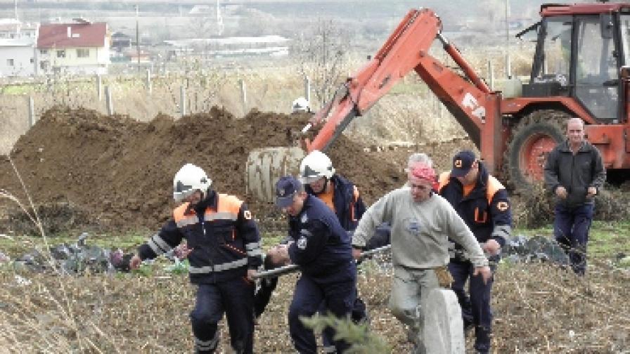 Мъж е с опасност за живота, след като бе затрупан в изкоп в Благоевградско