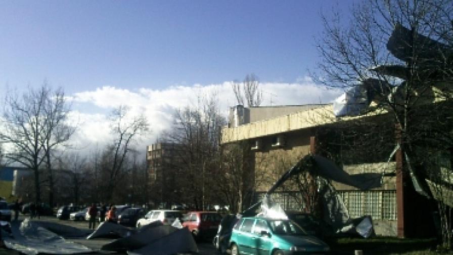 Падналите ламарини от покрива на Техническия университет