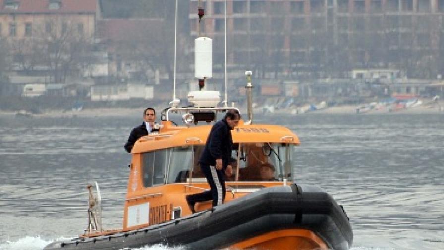 """Не откриха моряците от """"Карам 1"""" над вода, утре търсят по брега"""