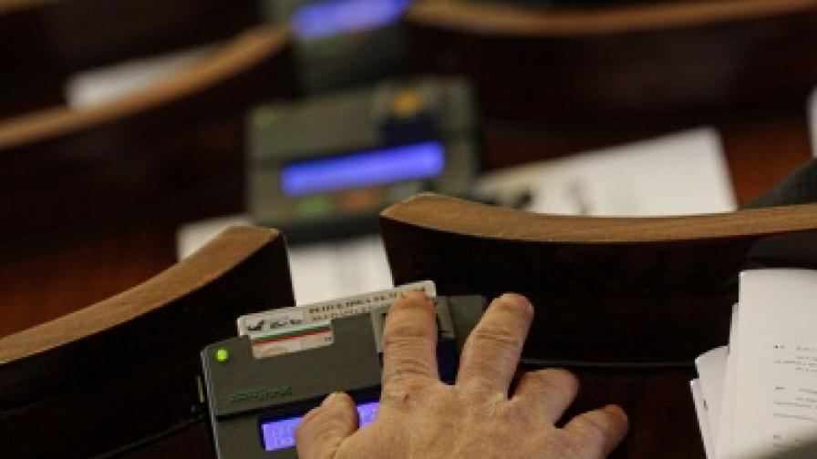 След 14 часа дебати приеха бюджет 2011