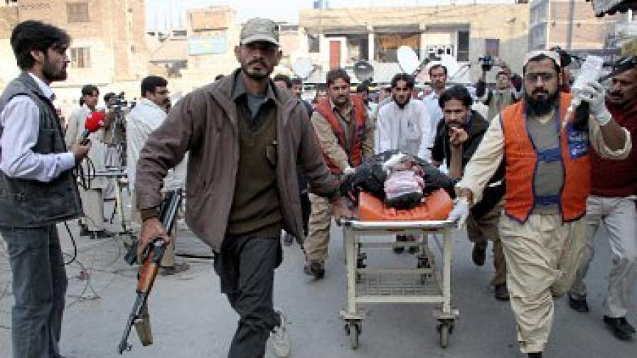 Най-малко 55 убити при двоен атентат в Пакистан