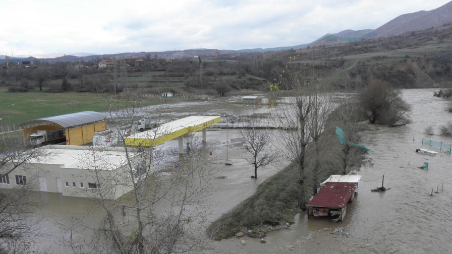 Разливът на река Струма край Симитли нанесе щети за десетки хиляди левове