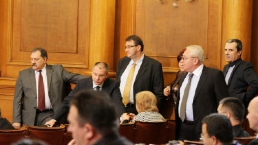 В парламента два часа спориха за знака на бюлетината