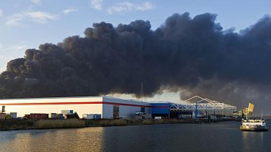 Пожар в химически завод в Холандия