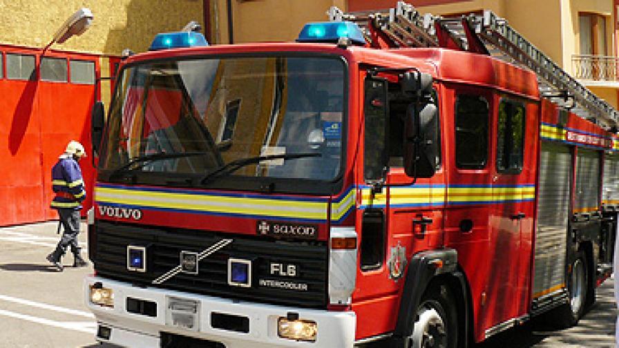 Пожар възникна в петролната база във Варна