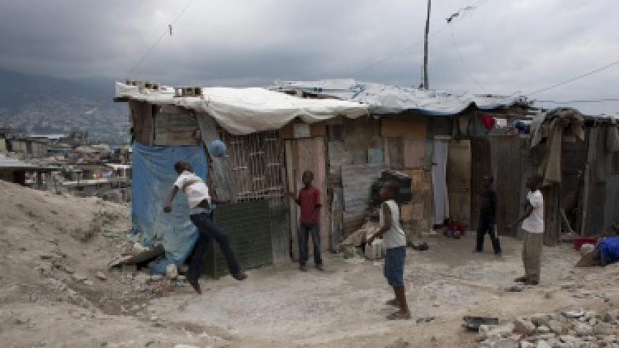 Деца играят в един от лагерите в хаитянската столица