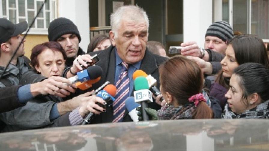 Ваньо Танов на излизане от Националната следствена служба
