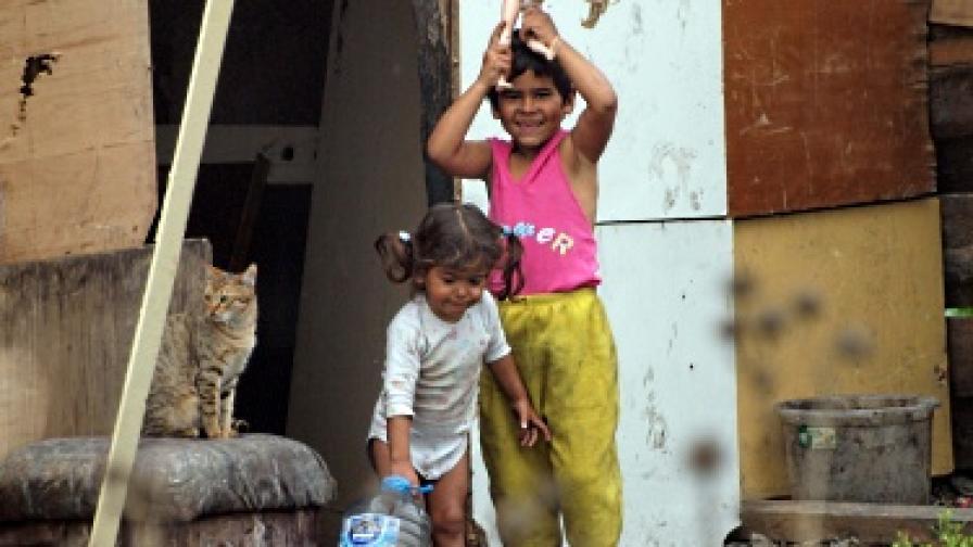 Интегрират ромите чрез жилищна политика – сами ще строят домовете си