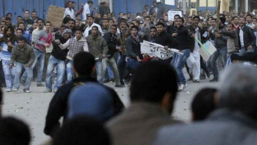 В Кайро вече се стрелят с автомати