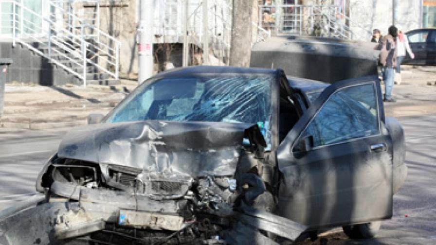 Пиян шофьор блъсна кола със семейство в центъра на София