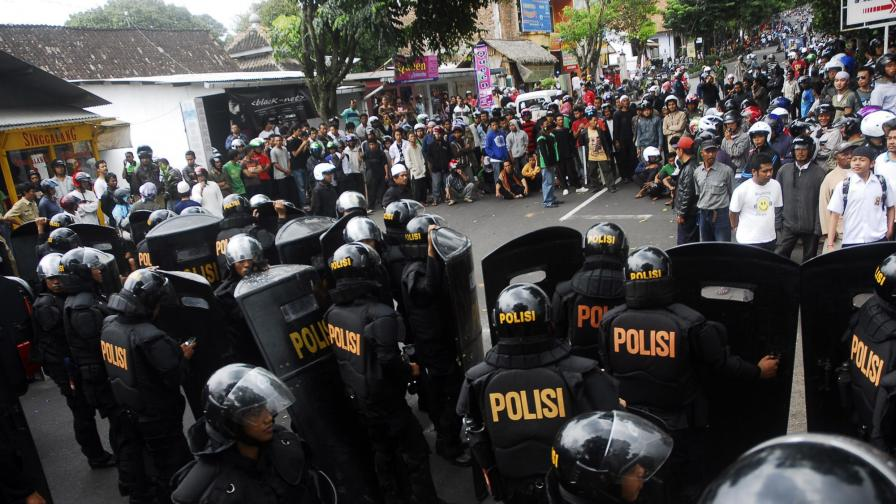 Гневни мюсюлмани подпалиха църкви в Индонезия