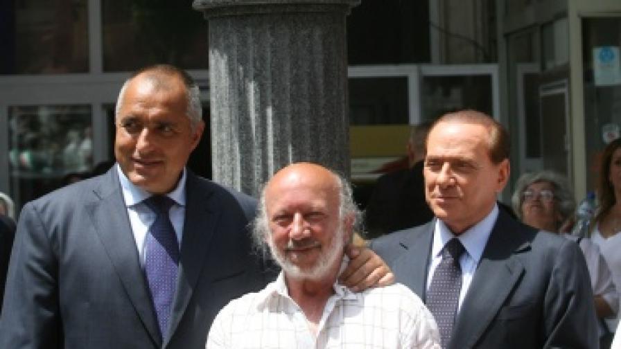 Берлускони при откриването на паметника на Гарибалди в София заедно със скулптора Георги Чапкънов и премиера Бойко Борисов