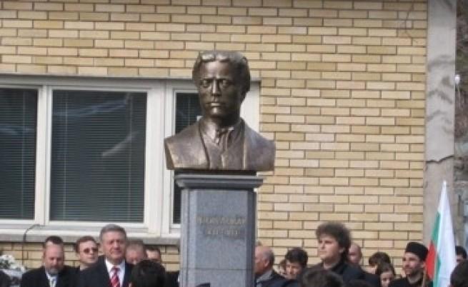 Цветя окичиха паметника на Левски в Босилеград