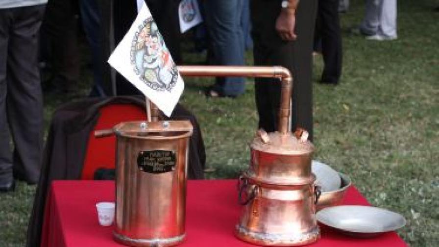 Макар и да не е в челото на класацията, България също има традиции: кадърът е от 180-ото честване в Троян и троянското село Орешак на празника на сливата ракия