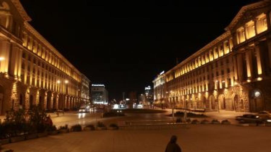 Всяка вечер чрез изпращане на специален радиосигнал към над 40 000 светлинни точки в столицата уличното осветление <br /> светва