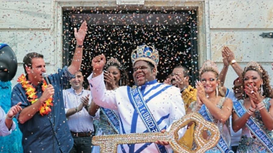 Кметът на Рио де Жанейро предава ключа на града на крал Момо, символичният лидер на Карнавала