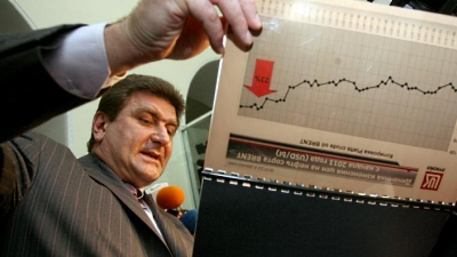 """Министър Трайков и шефът на """"Лукойл"""" в спор за цените на горивата"""
