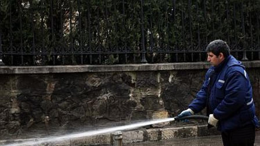 Кметът: Махнете си колите, за да мием пътя, а не тях
