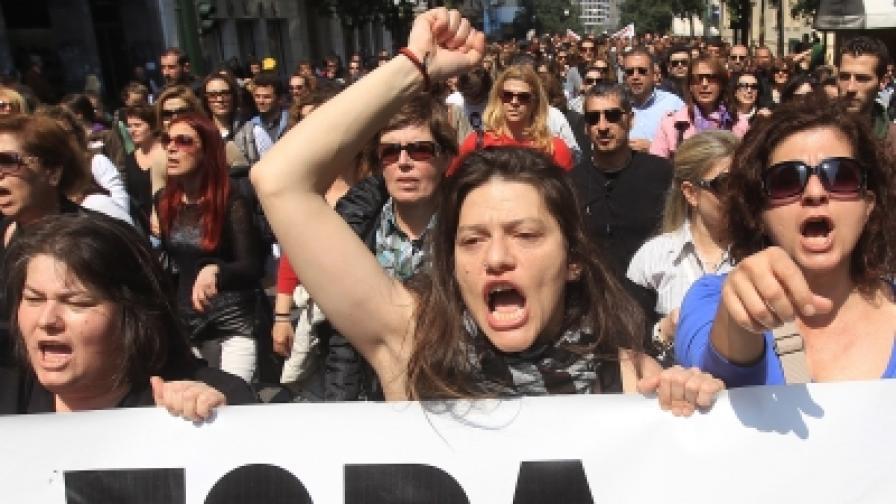 Демонстранти окупират кметския кабинет в Атина