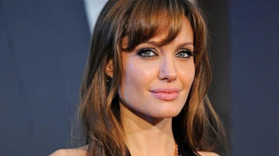 Джоли с колекция бижута за благотворителност