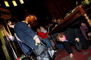 Вярващите на Разпети петък ходят на църква, минават три пъти под масата за здраве, излизат и целуват разпятието