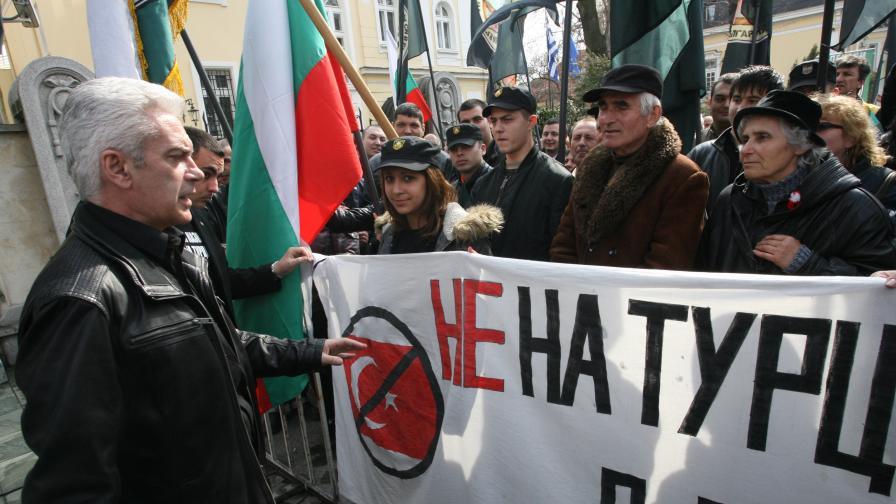"""""""Атака"""" пуска православни химни пред джамията"""